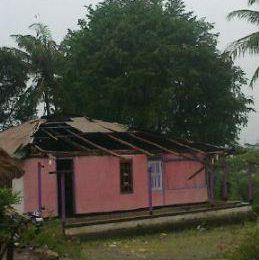 Rumah Pelayan Jemaat Nefokoko Rusak diterjang Angin Putting Beliung – Akibat Angin Puting Beliung