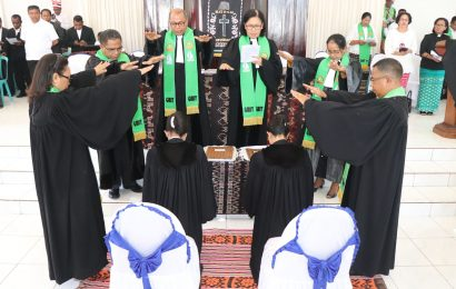 Dua Vikaris GMIT Ditahbis Menjadi Pendeta