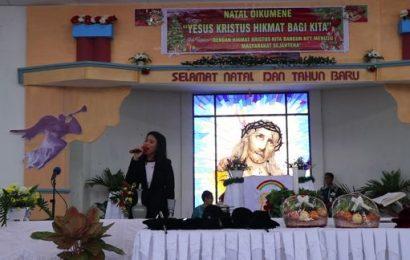Warga Muslim Bernyanyi pada Perayaan Natal Oikumene di Kupang