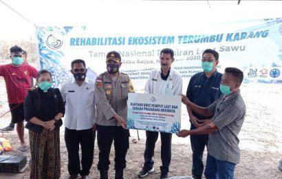 Jemaat GMIT Pniel Menia-Sabu Barat dan BKKPN-Kupang, Tanam Terumbu Karang