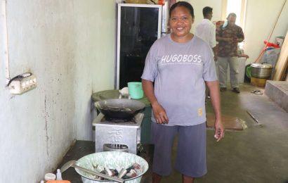 Mama Yo, Sosok Dibalik Dapur Posko Bencana Siklon Seroja GMIT