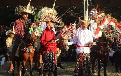 Jemaat GMIT Klasis Lobalain Sambut Peluncuran Alkitab Bahasa Rote-Lole Dengan Pacuan Kuda